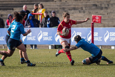 Elen Evans (Scarlets / Caernarfon) with the ball