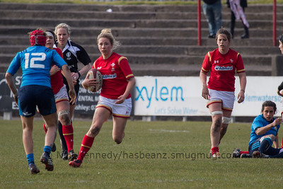 Elinor Snowsill (Dragons / Bristol) with the ball