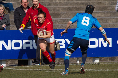Bethan Dainton (Dragons / Bristol) with the ball
