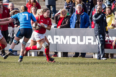 Alisha Butchers (Scarlets / Penybanc) with the ball
