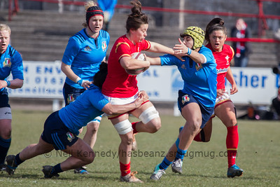 Sioned Harries (Whitland /Scarlets) with the ball fends Beatrice Rigoni (Valsugana Rugby Padova)
