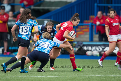 Jodie Evans with the ball