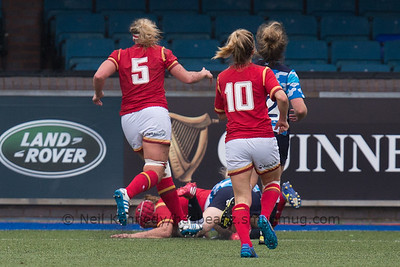 Carys Phillips scoring a try
