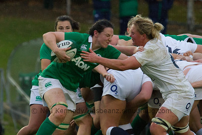 Paula Fitzpatrick comes off the back of the Irish scrum with the ball to be met by flanker Izzy Noel-Smith