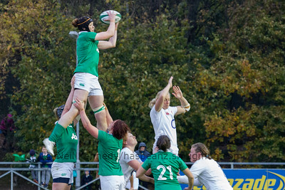 Marie-Louise Reilly takes the lineout ball