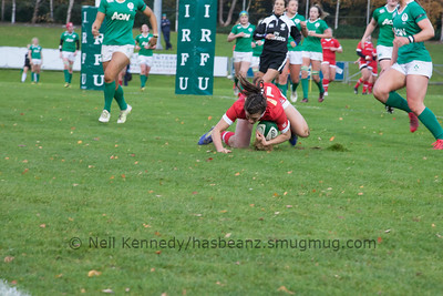 Julianne Zussman touches down for a try