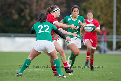 Karen Paquin offloads as Jackie Shiels closes to tackle