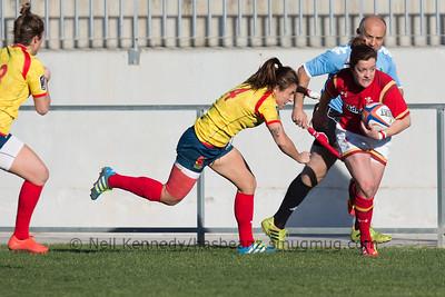 Maria Casado closes to tackle Elen Evans