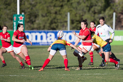 Sioned Harries offloads to Rebecca De Filipo as she is tackled