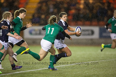 Lisa Thomson looks for an offload as Alsion Miller closes to tackle