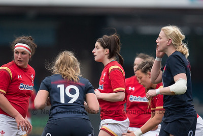 Nia Davies (in the middle) waits at the lineout