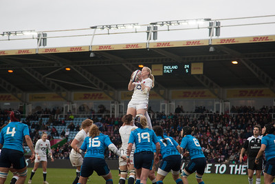 Tamara Taylor at the lineout with the ball safe