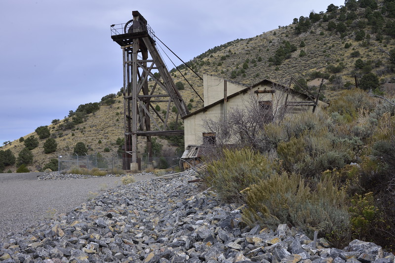 Headframe and hoist building