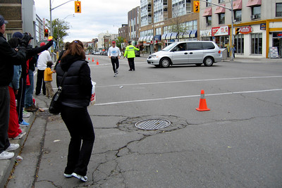 Barry getting ready to exchange water bottles with Lisa at the 1/2 way point in the Toronto Marathon - October 2005