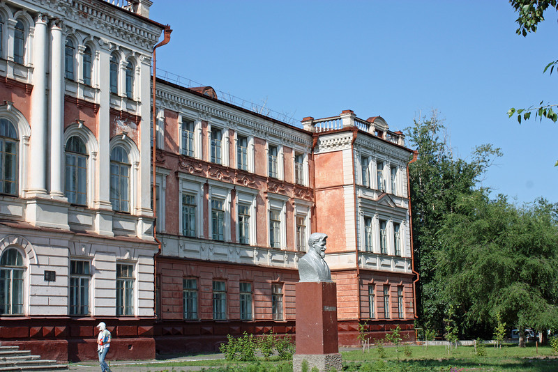 Средняя школа в Блдаговещенске. Бюст Калинина.  Blagoveshchensk middle school with bust of Kalinin.