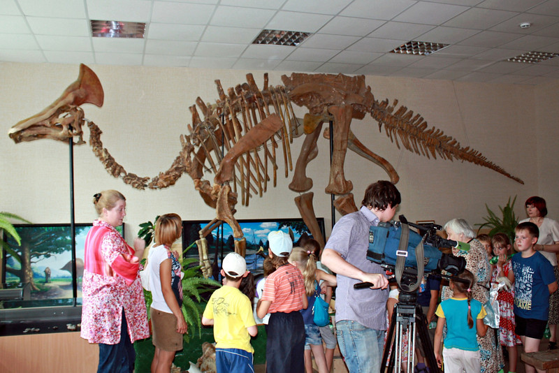 Filming school kids enthralled by the skeleton of Amurosaurus. Амурозавр.