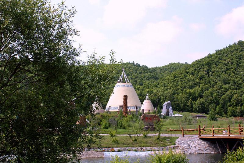 Этнографический музей под открытым небом. Эта экспозиция посвящена орочам, нацинальному меньшинству, живущему в Китае.