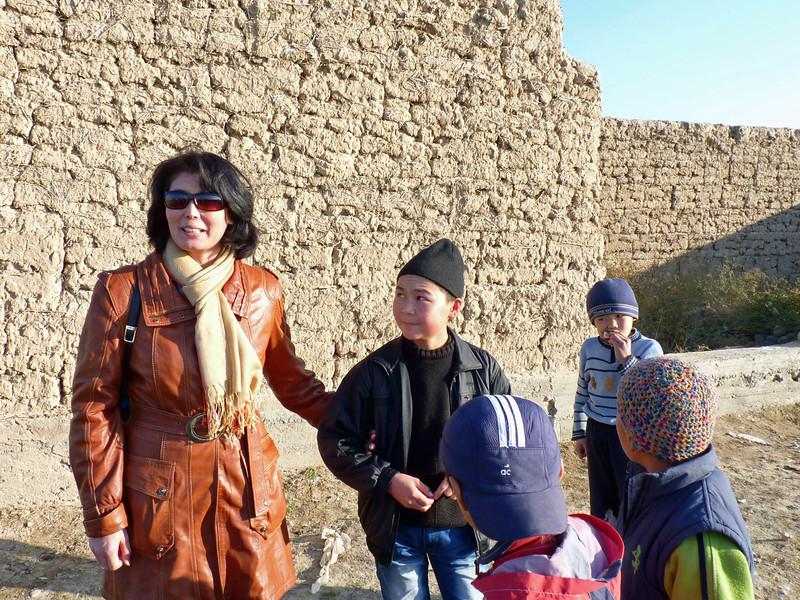 Without Guljamal's assistance, these children wouldn't attend school. Без Гульджамал эти детки не ходили бы в школу.