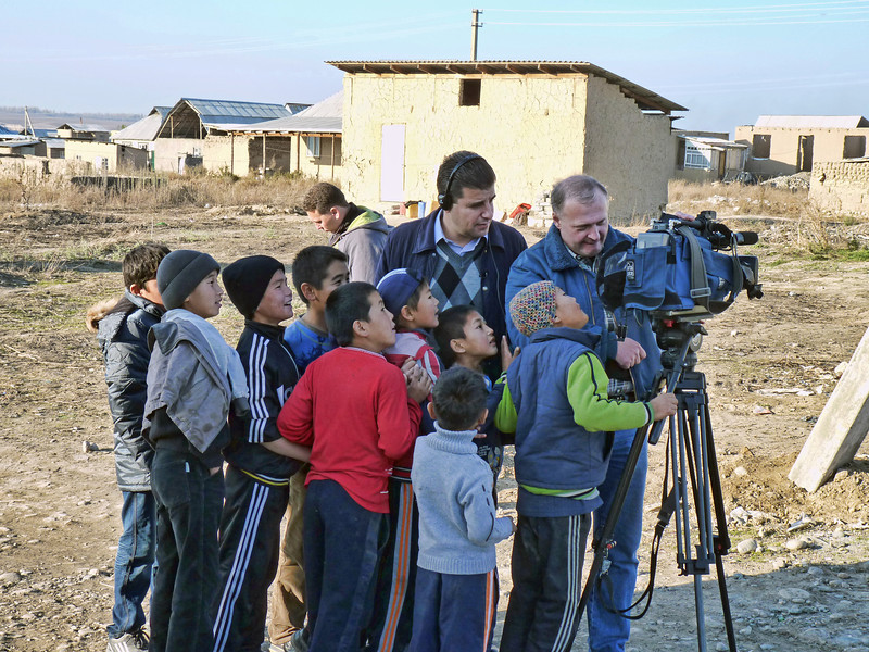 Everyone wants to have a look. Дети в восторге от камеры.