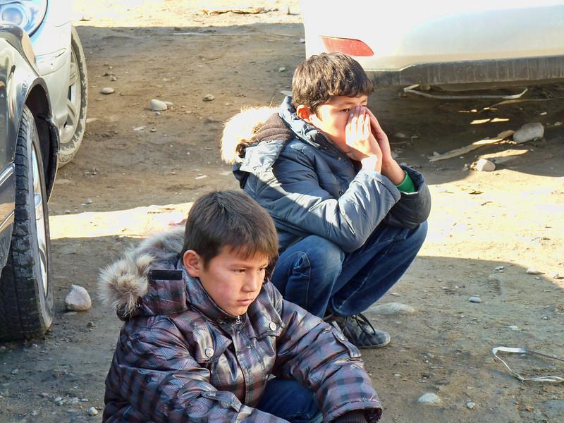 Boys in the market. Мальчишки на рынке Дордой. Здесь протекает их детство. Многие не ходят в школу. В основном, это дети мигрантов с Юга Киргизии, где больше безработица.