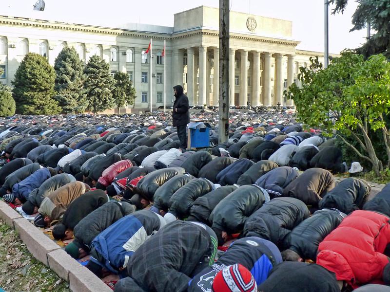 Thousands praying in the center of Bishkek. Празднование Курбан-Айт 6 ноября 2011 года в Бишкеке. В молебне на центральных площадях по некоторым подсчётам участвовало до 15 тысяч человек.