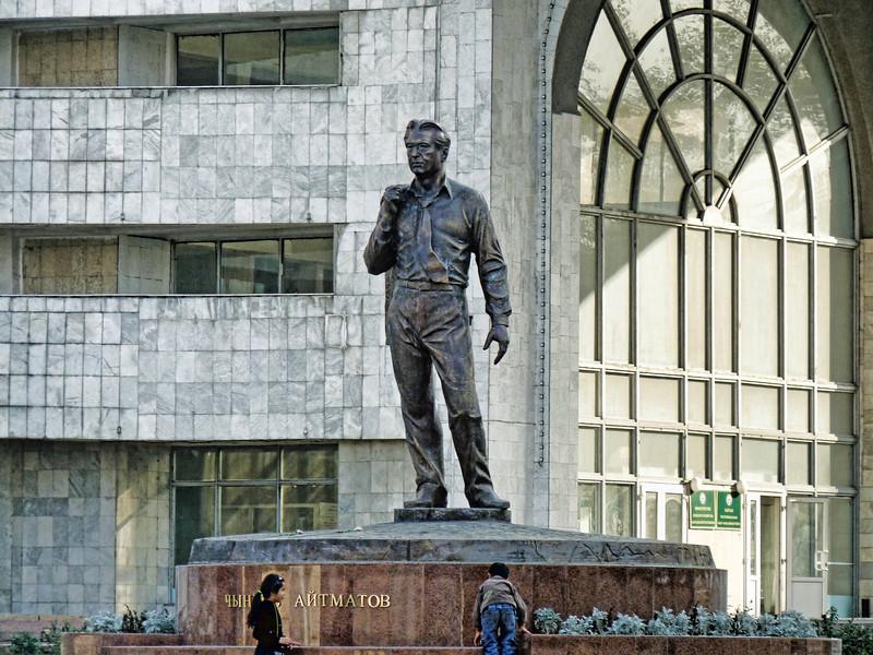 Kyrgyzstan's most famous writer, Chingis Aitmatov. Памятник Чингизу Айтматову, великому киргизскому писателю.