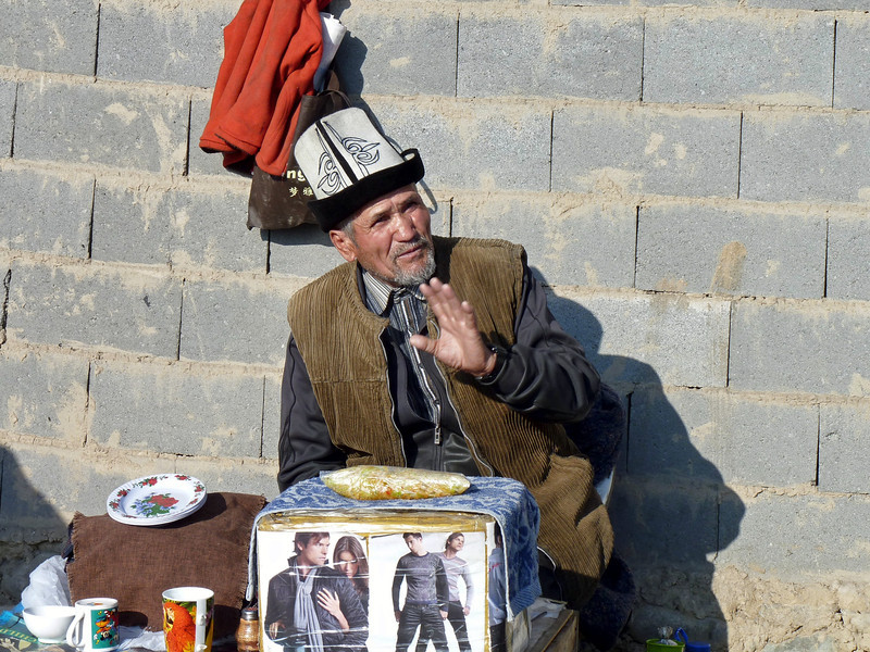 Migrant from the south selling homemade goods in the market. Киргиз-южанин продаёт домашнюю стряпню по дешёвым ценам. Самые дешёвые в Бишкеке лепёшки!