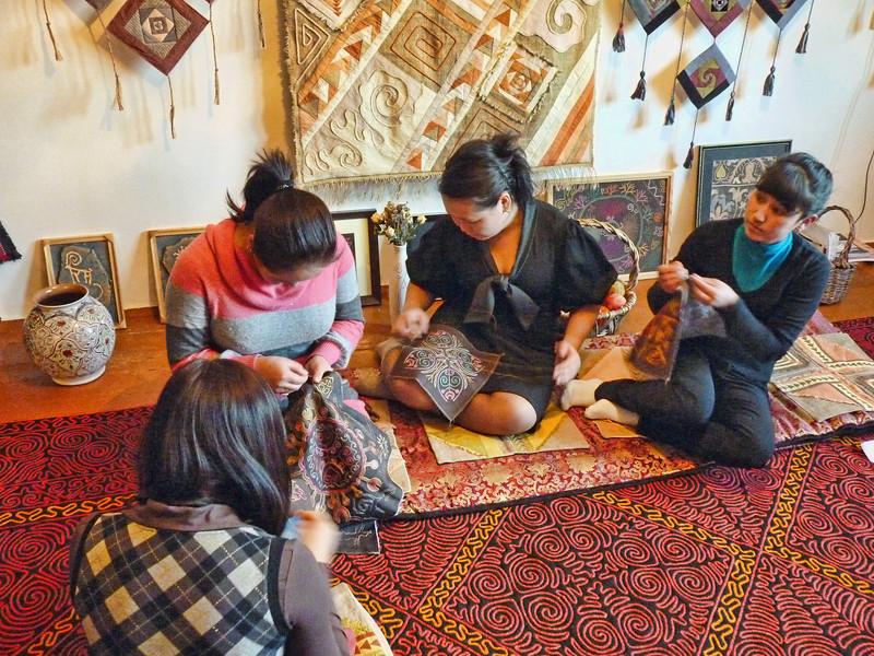Learning traditional Kyrgyz embroidery. Девушки выивальщицы в мастерской Чинары Сейдахметовой