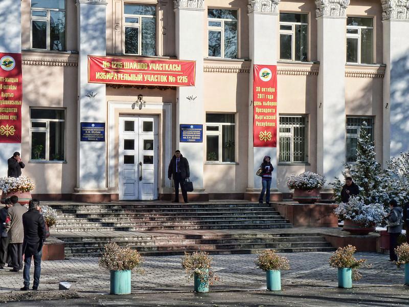 Polling station entrance. Перед избирательным участком в день выборов.