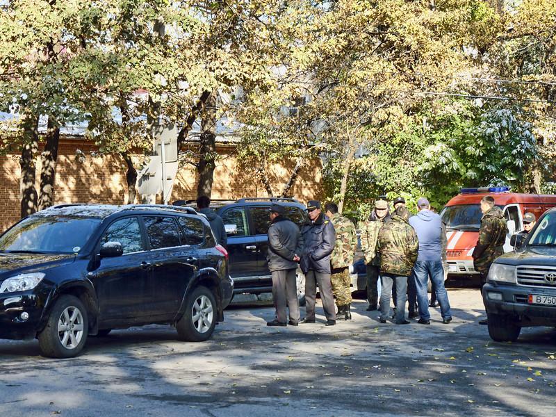 With a weak & often corrupt law enforcement, a number of individuals now employ their own army of guards. В Кыргызстане наюблюдается бум всяческих дружин и полувоенных формирований в условиях ослабления традиционных правоохранительных органов.