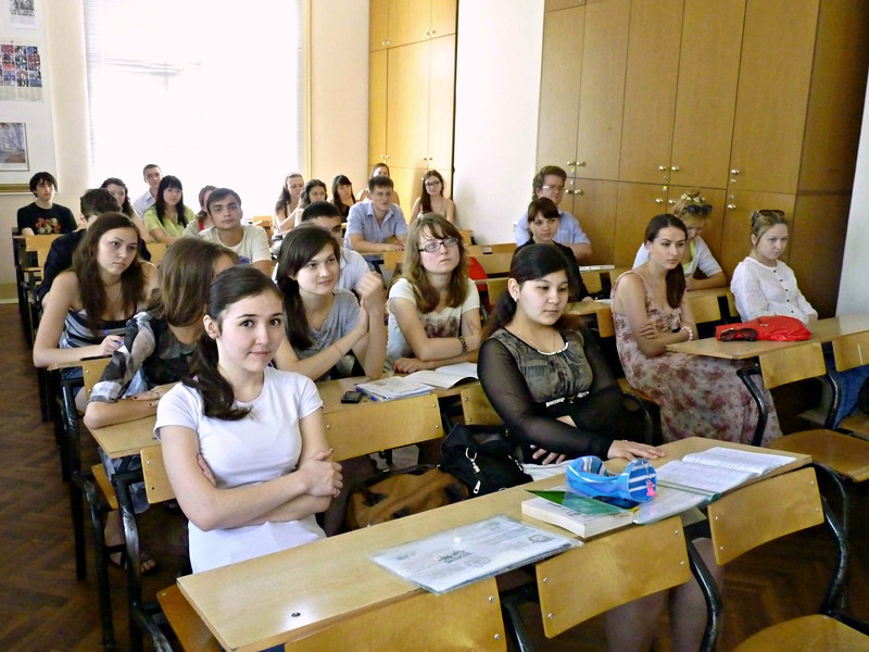 Journalism students listening to Safronov.