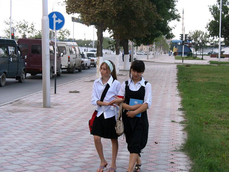 Grozny school girls. <br /> Грозный. Девочки-школьницы.