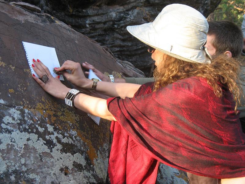 Вафа Дауи копирует петроглифы в Хакасии.