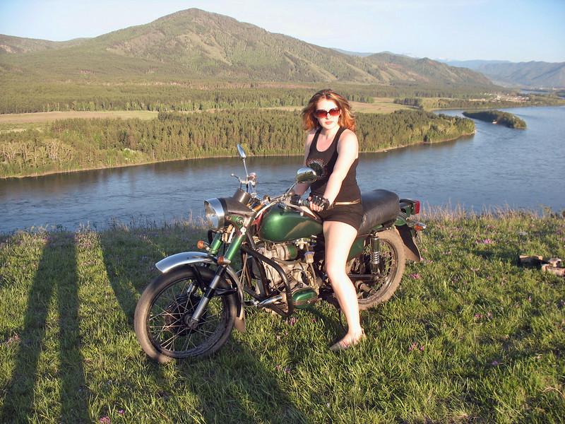 Nastiya on her bike - a cool girl not drawn to the lights of the big city. Настя ещё и мотоциклистка и потому стала гостем эфира.