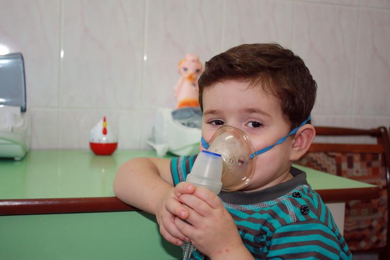 Little Maxim getting an inhalation treatment. Максим делает ингаляцию.