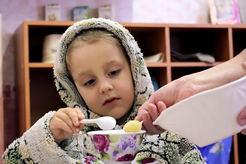 Little Roman gets a dollop of honey for his tea. Мальчик Рома кушаёт мёд и пьёт чаёк после баньки.