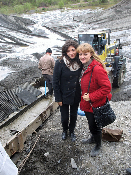 In the gold fields. Gayene, correspondent for English language channel Russia Today, & Lena, correspondent for our Arabic language channel, Rusiya al-Yaum.