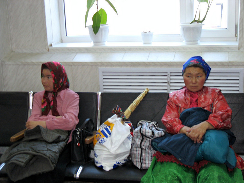 Tundra women in Nar'yan-Mar hoping for a helicopter lift to Karatayka.