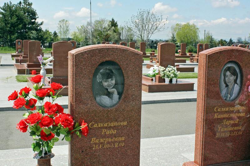"Grave of a four year who died in Beslan. Могили детей и взрослых в "" Городе ангелов"" - на кладбище в Беслане."