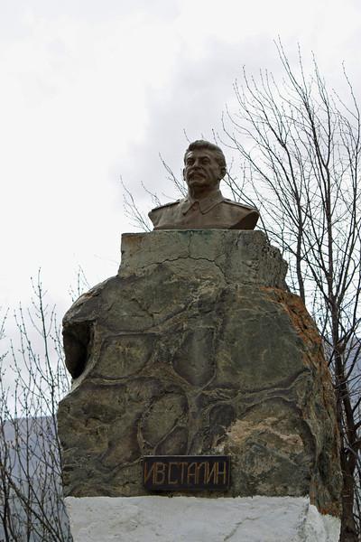 В Осетии множество бюстов Сталина, десталинизаторы замаются бороться с народным сталинизмом - И.В. Сталина здесь чтят. Селение Финагдон у Куртатинском ущелье.