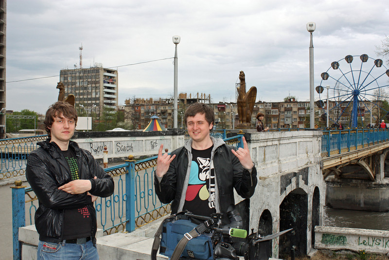 Господа Терехов  - ассистент (слева) <br /> и Сатин - оператор (справа), на мосту через Терек.