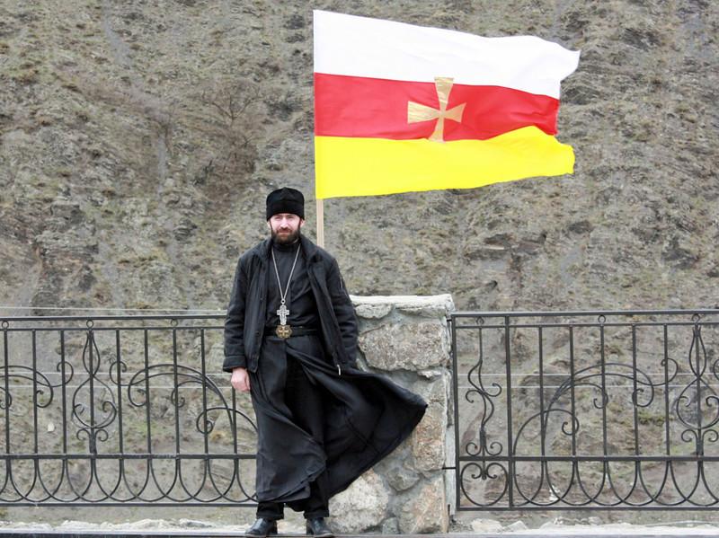 Father Giorgiy with the flag of North Ossetia. Монах Георгий на фоне осетинского флага.