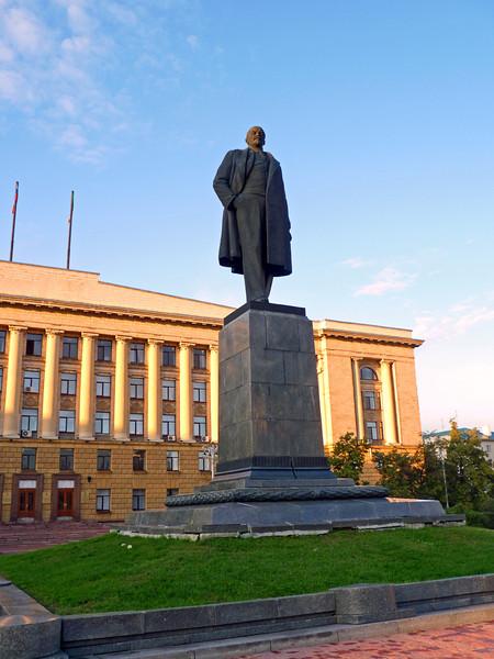 Ильич напротив областной администрации в Пензе. Lenin in the center of Penza.