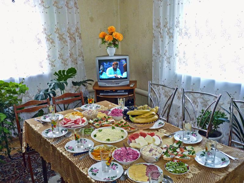 Праздничный стол в честь дня рождения. Посёлок Верхозим, Кузнацкий район, Пензенская область, дом Марьям Бадаевой. Table set in honor of Mariam's 65th birthday.