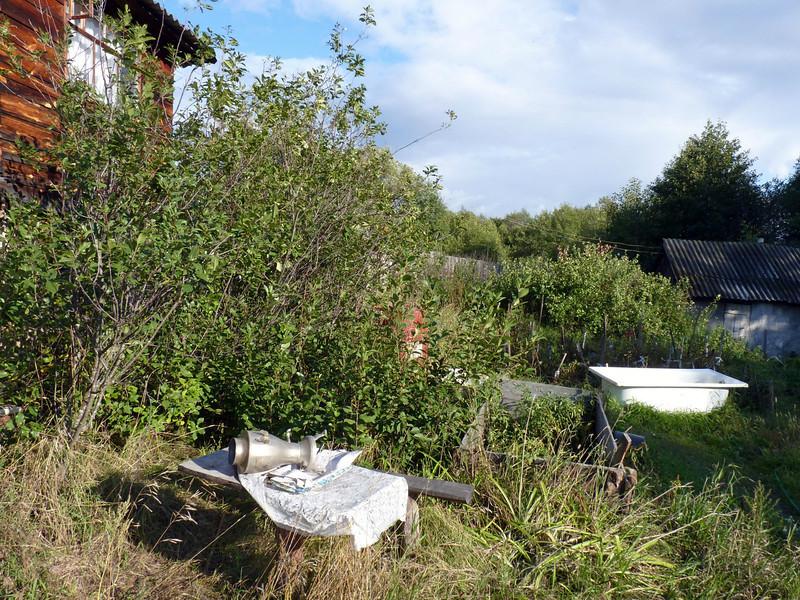Out back - a bathtub & old samovar.