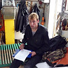 Проверка документов на рыбацкой шхуне пограничниками.