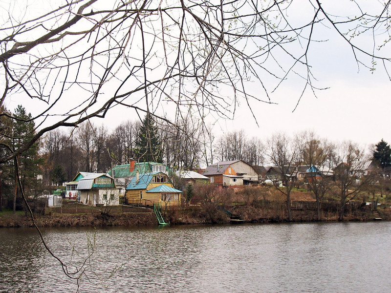 The village of Yasnaya Polyana on the opposite bank of the pond from the Tolstoy estate. Tolstoy once owned the entire village & the villagers, though he liberated his serfs prior to the Tsarist elimination of serfdom.