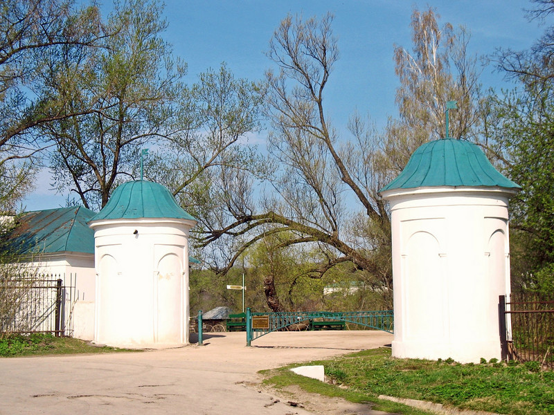 Entrance to the Tolstoy Estate.