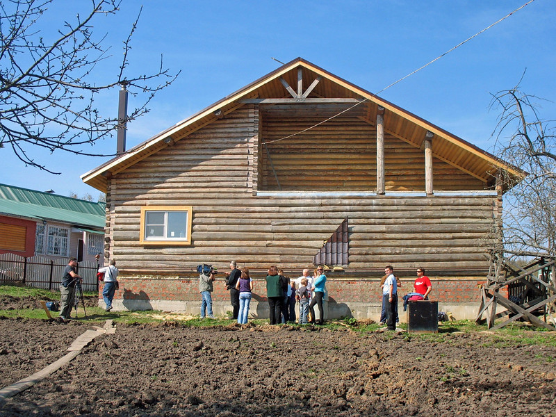A Canadian Doukhobor family is building a home in the village of Yasnaya Polyana.