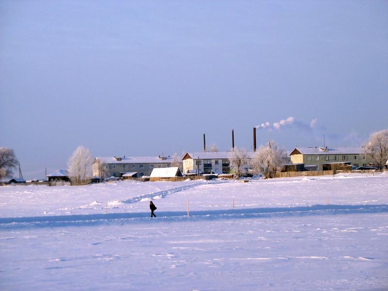 Walking on the frozen Irtysh River. (Tobolsk)